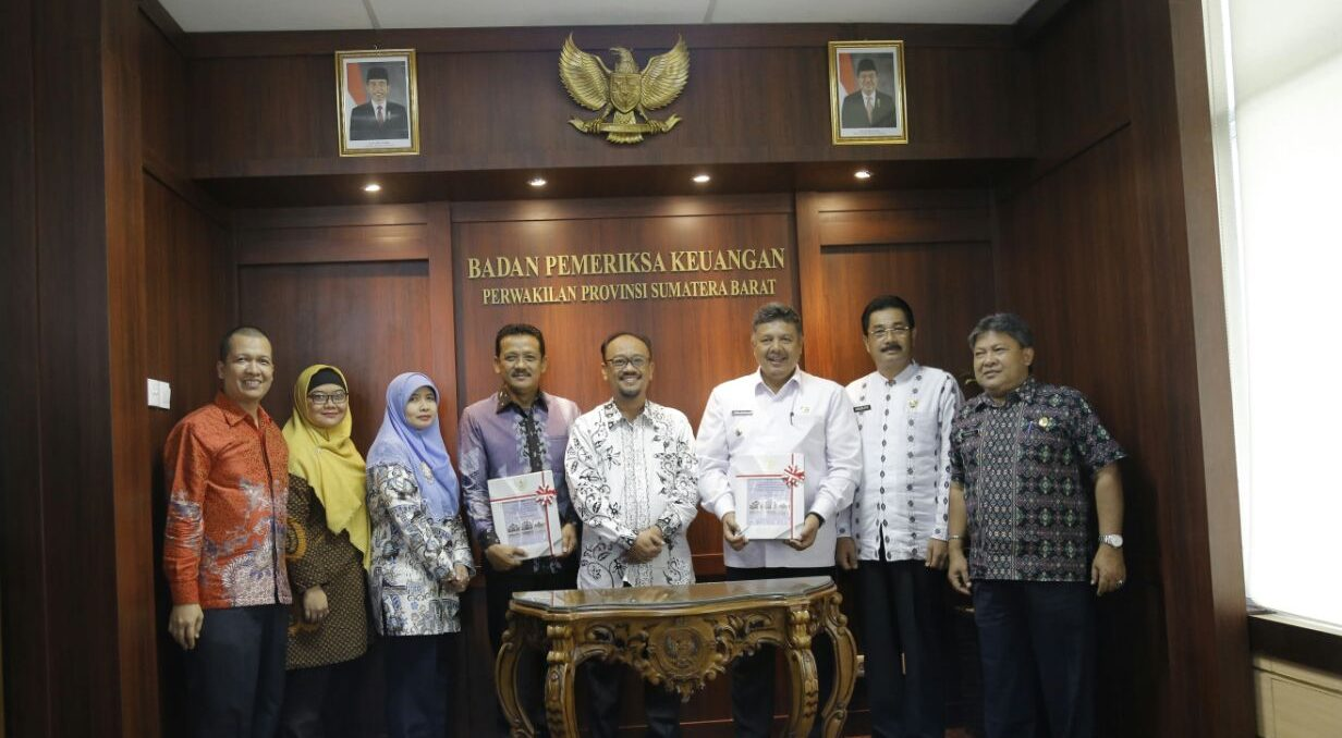 Walikota Solok Zul Elfian saat menerima penghargaan WTP dari Kepala Badan Pemeriksa Keuangan (BPK) RI Perwakilan Sumatera Barat Pemut Aryo Wibowo di Kantor BPK RI Padang, Jumat (20/4/2018).