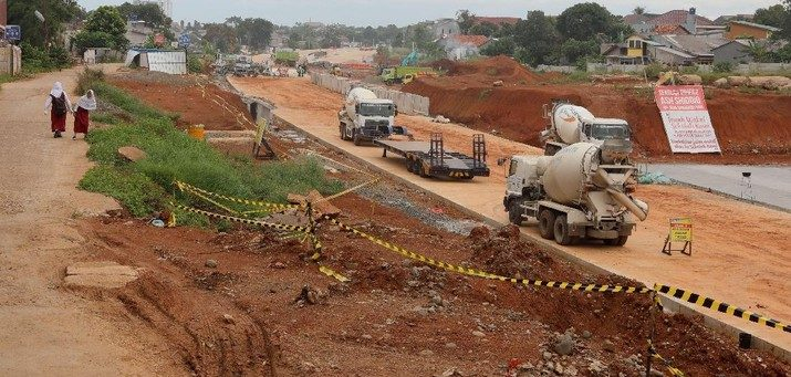 Proyek pembangunan jalan tol Serpong-Cinere di kawasan Suka Mulya Raya, Serua, Tangerang Selatan, Banten. Foto : CNBC Indonesia