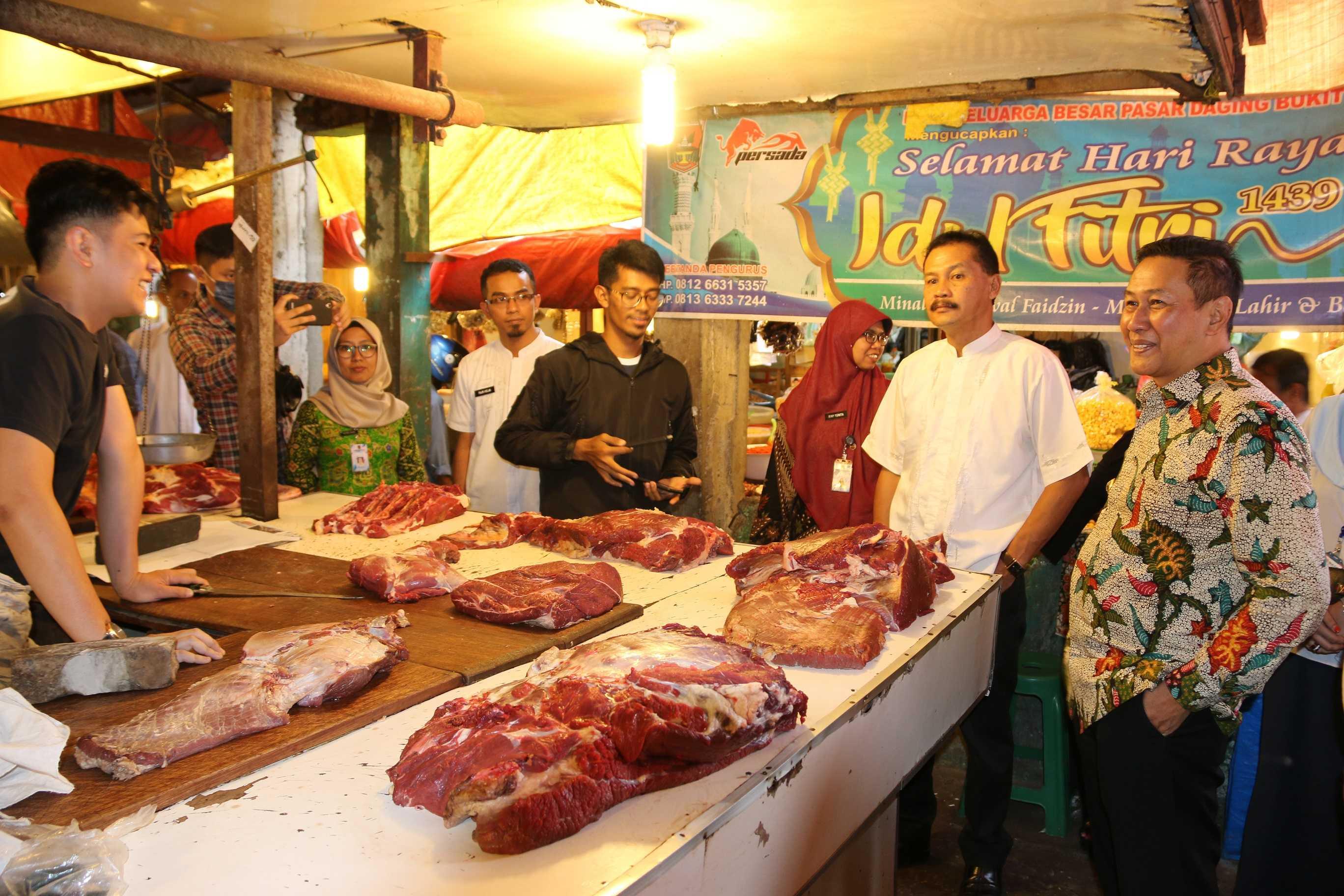 Walikota Ramlan Nurmatias, sejumlah Kepala OPD, perwakilan Bulog, BPS, kepolisian saat sidak sejumlah harga bahan pokok diseputaran Pasar Bawah, Kota Bukittinggi, Rabu 15 Mei 2019. Foto : Istimewa
