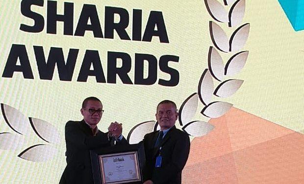 Direktur Syariah Bank Nagari Hendri (kanan) menerima penghargaan UUS Kategori Bank Umum Konvesional dengan Prediket Sangat Bagus dalam Infobank Sharia Institution Awards 2019 di Grand Ballroom Kempinksi Hotel, Jakarta, Jumat 25 Oktober 2019. Foto : Istimewa