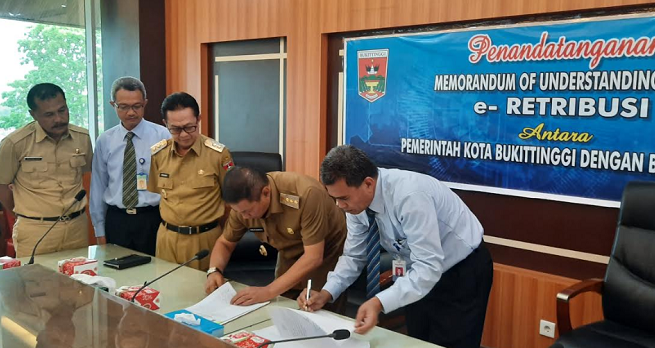 Pentandatangan kerjasama penggunaan aplikasi e-retribusi oleh Pemko Bukittinggi dan Bank Nagari. Foto : Topsatu